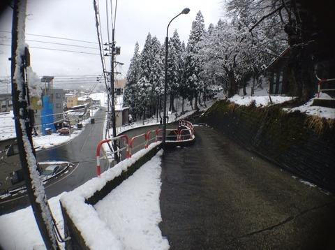 山の湯の前の道
